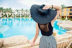 Kobieta w czarnym kapeluszu blisko basenu Obrazy Stock