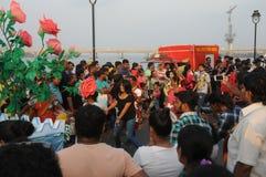Kobieta w Czarnym tanu i cieszyć się w karnawale przy Goa, India obrazy stock