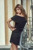 Kobieta w czerń sukni Zdjęcia Royalty Free