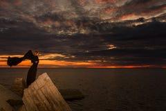 Kobieta w czerni na skałach Obrazy Stock