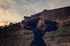 Kobieta w czerni na skałach Zdjęcia Royalty Free