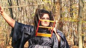 Kobieta W czerni Z klatką Na Jej głowie W jesieni zbiory wideo
