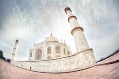 Kobieta w czerwieni blisko Taj Mahal Zdjęcie Royalty Free