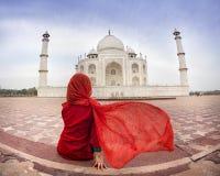 Kobieta w czerwieni blisko Taj Mahal Obrazy Stock
