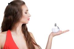 Kobieta w czerwieni sukni z pachnidłem obrazy royalty free