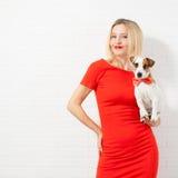 Kobieta w czerwieni sukni z psem Fotografia Royalty Free