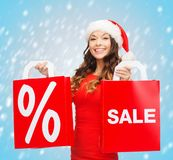 Kobieta w czerwieni sukni z torba na zakupy Fotografia Stock