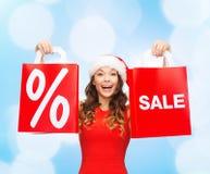 Kobieta w czerwieni sukni z torba na zakupy Zdjęcia Royalty Free