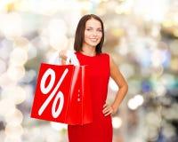 Kobieta w czerwieni sukni z torba na zakupy Zdjęcie Royalty Free