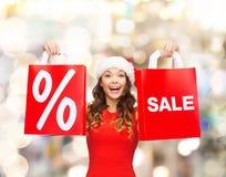 Kobieta w czerwieni sukni z torba na zakupy Zdjęcie Stock