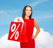 Kobieta w czerwieni sukni z torba na zakupy Obrazy Stock