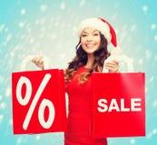 Kobieta w czerwieni sukni z torba na zakupy Fotografia Royalty Free