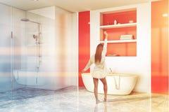 Kobieta w czerwonej łazience, balii i prysznic, obraz stock