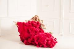 Kobieta w czerwonej chmurnej sukni Obraz Stock