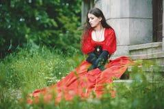 Kobieta w czerwonej wiktoriański sukni Obraz Stock