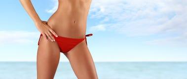 Kobieta w czerwonym bikini na morza i nieba tle Zdjęcia Royalty Free