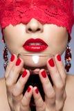 Kobieta w czerwonym faborku i winie Obrazy Royalty Free