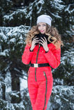 Kobieta w czerwonym kombinezonie w zimie zdjęcie royalty free