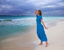 Kobieta w długiej błękit sukni w kipieli burzowy morze Zdjęcia Royalty Free