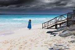Kobieta w długiej błękit sukni w kipieli burzowy morze Obraz Stock