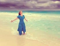 Kobieta w długiej błękit sukni w kipieli burzowy morze z retro skutkiem, Zdjęcia Royalty Free
