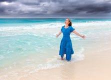 Kobieta w długiej błękit sukni w kipieli morze Zdjęcia Stock
