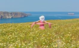 Kobieta w długiej lato sukni na plażowym morzu, obrazy royalty free