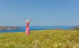 Kobieta w długiej lato sukni na plażowym morzu obrazy stock
