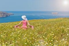 Kobieta w długiej lato sukni na plażowym morzu fotografia royalty free
