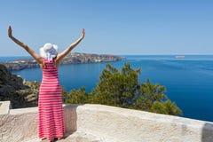 Kobieta w długiej lato sukni ogląda morze zdjęcia royalty free