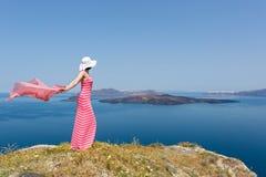 Kobieta w długiej lato sukni pozyci w polu stokrotki obraz royalty free