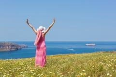 Kobieta w długiej lato sukni pozyci w polu stokrotki zdjęcie royalty free