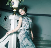 kobieta w długiej sukni na rocznika schodkach Fotografia Royalty Free