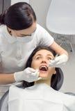 kobieta w dentysty krześle patrzeje przestraszącą Obraz Royalty Free