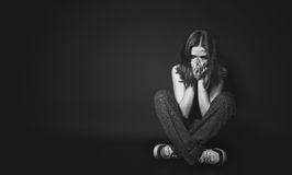 Kobieta w depresji i rozpacza płaczu na czarnym zmroku Fotografia Royalty Free