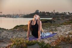 Kobieta w deseniowych rajstopy w pełnym rozszerzeniu przy wschodem słońca Fotografia Royalty Free