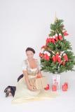 Kobieta w Dirndl zadawalającym z prezentem obrazy stock