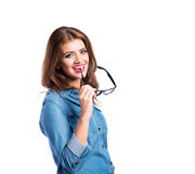 Kobieta w drelichowej koszula i czarnych eyeglasses, studio strzał Obrazy Stock