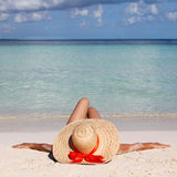 Kobieta w Dużym słońce kapeluszu od relaksować na Tropikalnej plaży. Zdjęcia Royalty Free