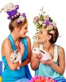 Kobieta w Easter stylu mienia kwiatach i jajkach Fotografia Stock
