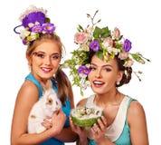 Kobieta w Easter stylu mienia kwiatach i jajkach Obrazy Royalty Free