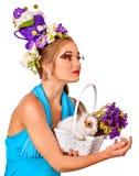 Kobieta w Easter stylu przedstawia królika i kwitnie Fotografia Stock
