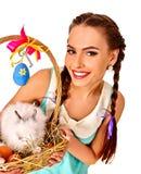 Kobieta w Easter stylu utrzymuje jajka i żywego królika Fotografia Royalty Free