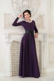 Kobieta w eleganckiej długiej fiołek sukni w studiu luz fotografia stock