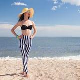 Kobieta w eleganckim swimsuit na plaży Zdjęcie Royalty Free