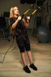 Kobieta w EMS kostiumu robi strącać ćwiczeniu Obrazy Royalty Free