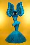 Kobieta w fantazja kostiumu z piórkowymi rękawami fotografia royalty free
