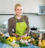 Kobieta w fartuch kuchni w domu zdjęcia royalty free