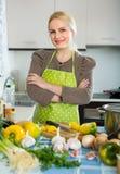 Kobieta w fartuch kuchni w domu fotografia royalty free