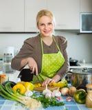 Kobieta w fartuch kuchni w domu obraz stock